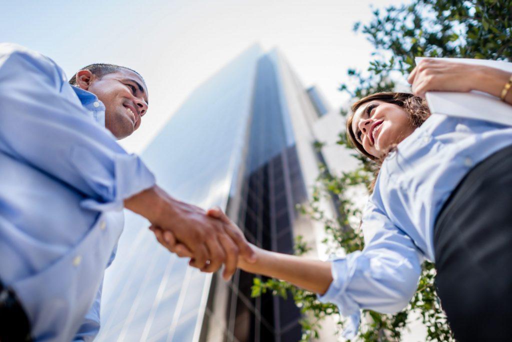 Deux collaborateurs se serrant la main
