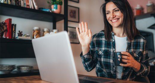 Femme devant son ordinateur regardant la visite en visio de son futur appartement