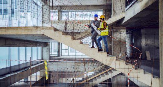 Chefs de chantier effectuant le suivi d'un programme en construction