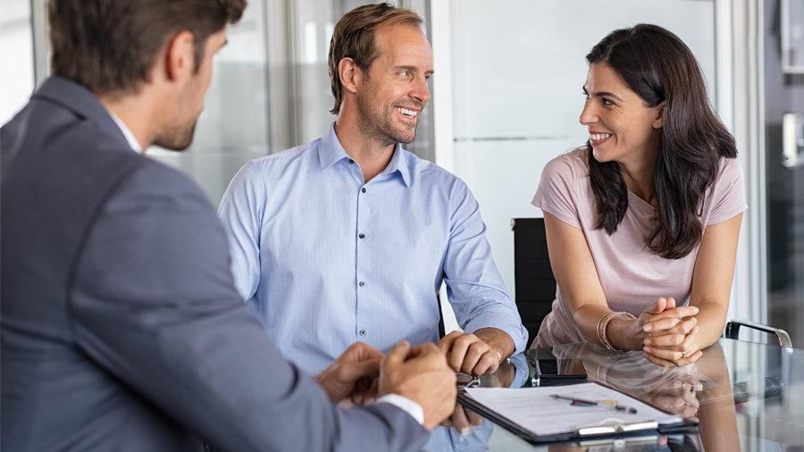 Agent immobilier aidant un couple à trouver un locataire