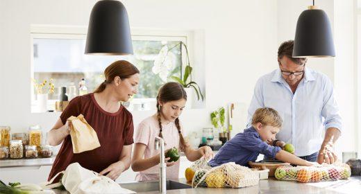 Famille en train de cuisiner dans sa cuisine