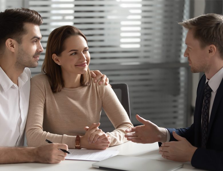 Couple se renseignant sur les garanties locatives Lamotte