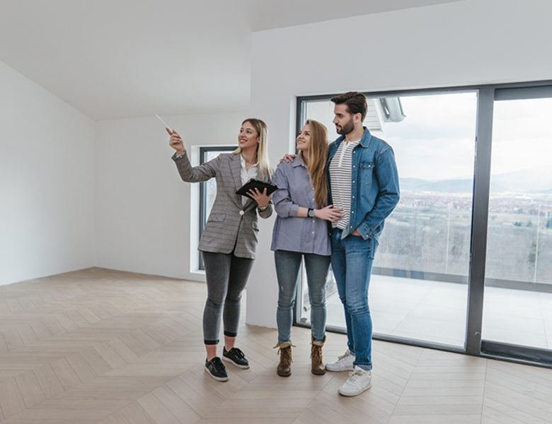 Couple effectuant un état des lieux avec l'agent immobilier