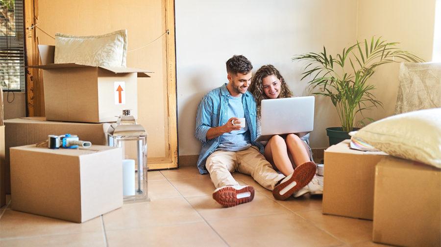 Couple venant d'emménager se renseigne sur les formalités à effectuer