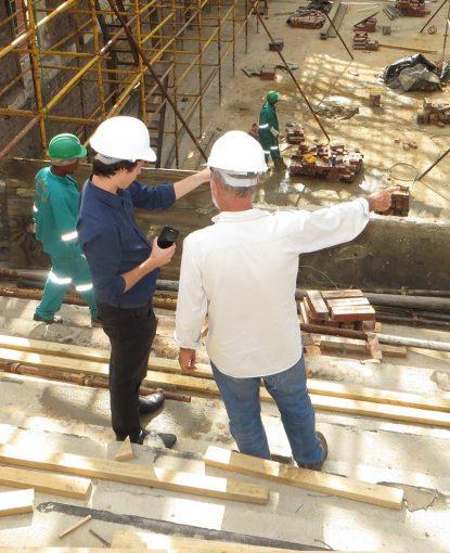 deux hommes supervisant un chantier