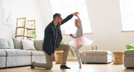 Père et sa fille dansant dans leur appartement