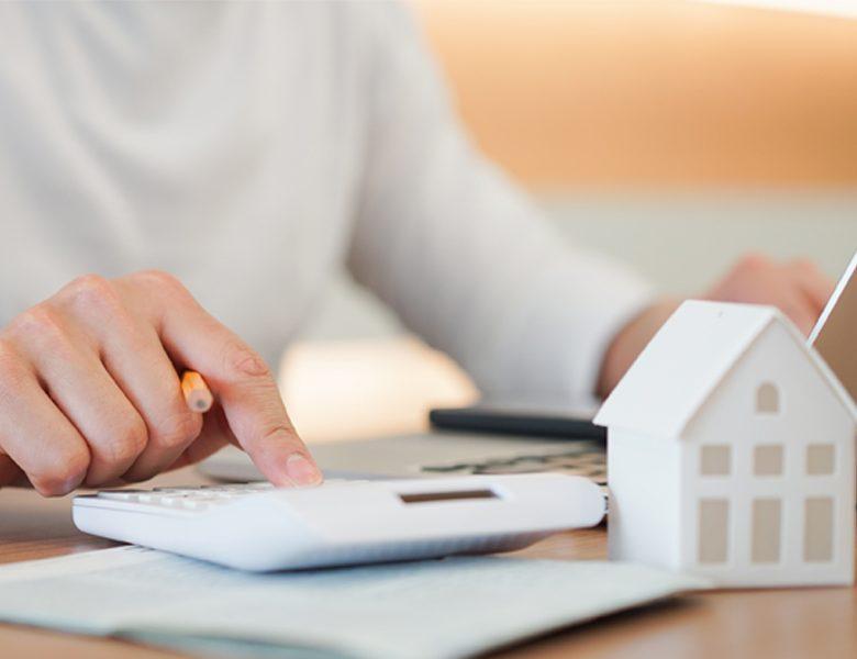 Personne calculant les avantages du prêt locatif social