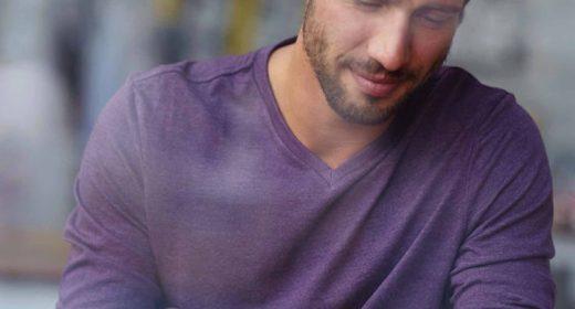 Homme sur l'espace client Lamotte avec sa tablette