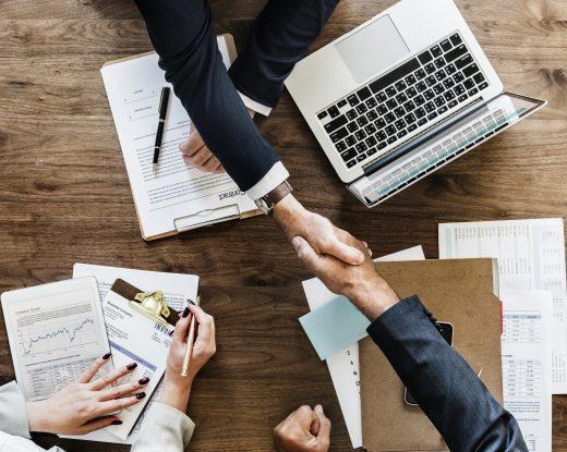 collaborateurs se serrant la main