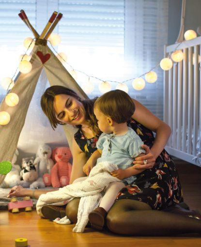 Mère jouant avec son bébé dans sa chambre