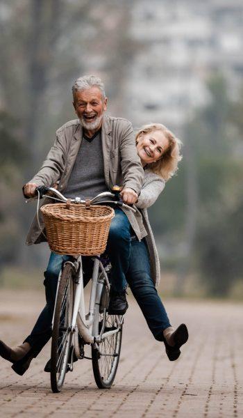 couple de séniors sur un vélo